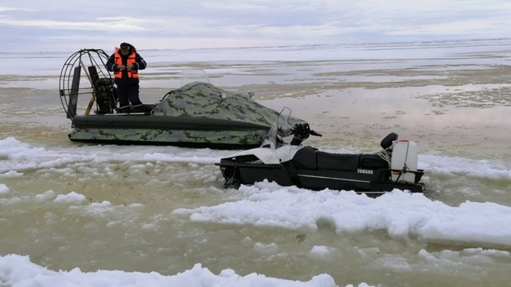 На Ямале в ледовый плен попали 8 взрослых и 3 ребенка