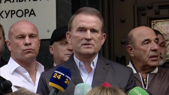 Прокуратура просит арестовать Медведчука. Он не против