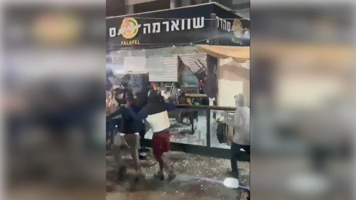 Еврейская молодежь громит в Израиле магазины и офисы палестинцев