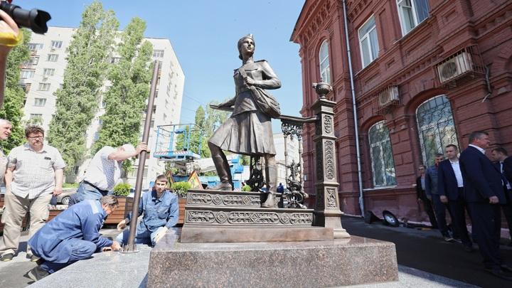 В Саратове ставят памятник военной медсестре