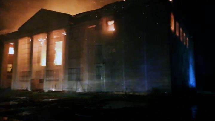 В Хабаровске продолжается тушение огня в здании бывшего ДК РЭБ флота