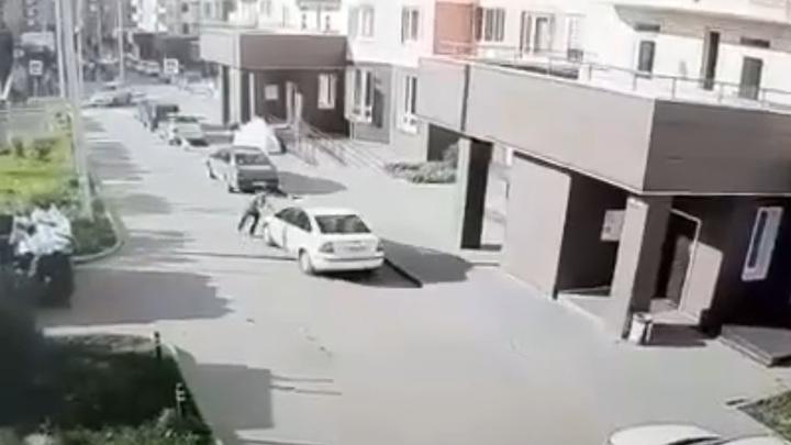 Автомобиль сбил своего водителя, пытавшегося его остановить. Видео