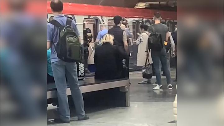 Линия столичного метро остановлена из-за человека на рельсах