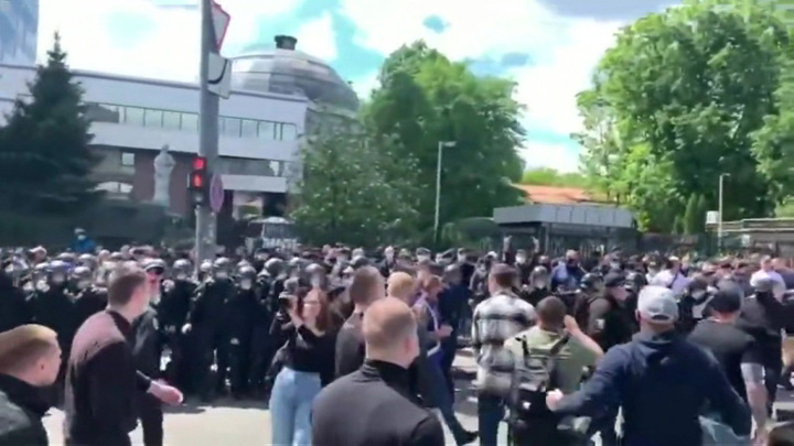 В Киеве произошли стычки между сторонниками Медведчука и националистами