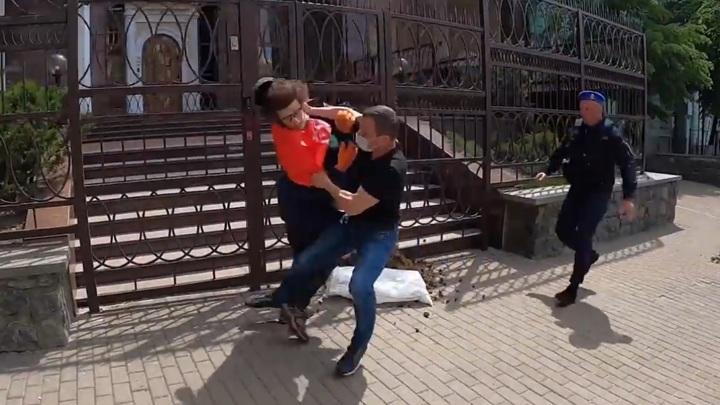 Активисты с навозом атаковали белорусское посольство в Киеве. Видео