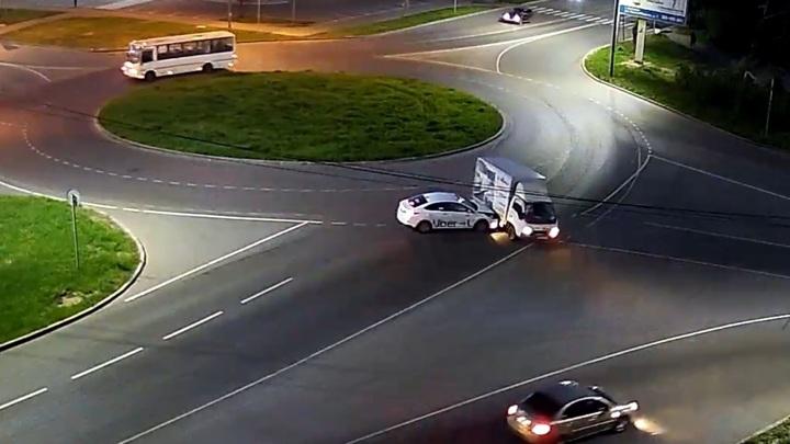 В Вологде такси на скорости врезалось в грузовой фургон
