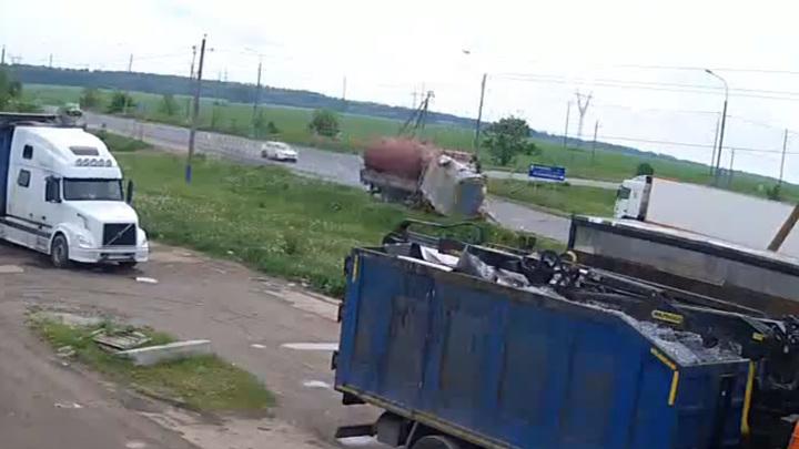 Грузовик в Подмосковье сбил столб и остановку. Видео