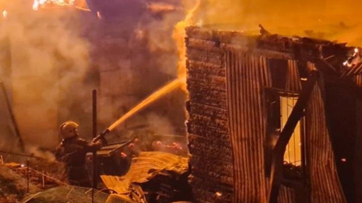 Дознаватели МЧС выясняют причину крупного пожара в Улан-Удэ, есть погибшие