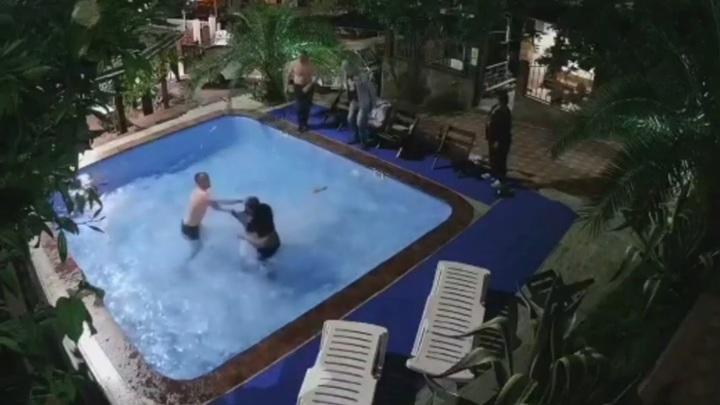 Владелец сочинского отеля после драки едва не утопил постояльца в бассейне