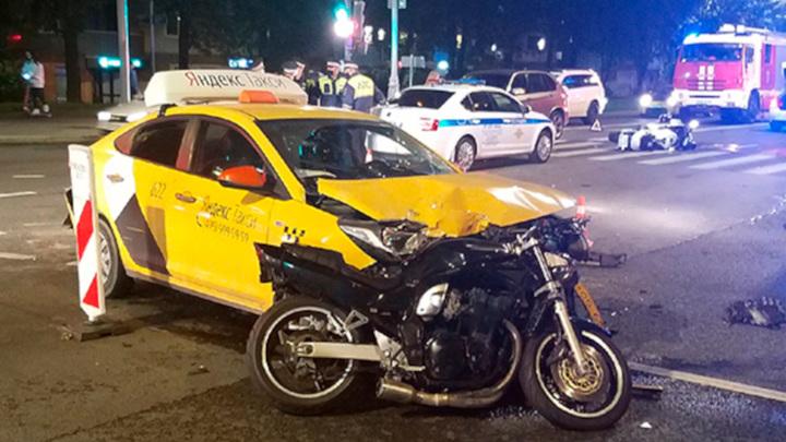 Страшное столкновение мотоциклистов с такси попало на видео