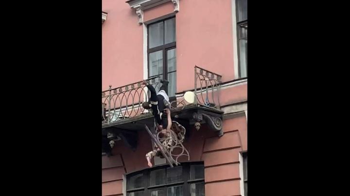 Подравшиеся петербуржцы выпали с балкона, проломив ограждение. Видео