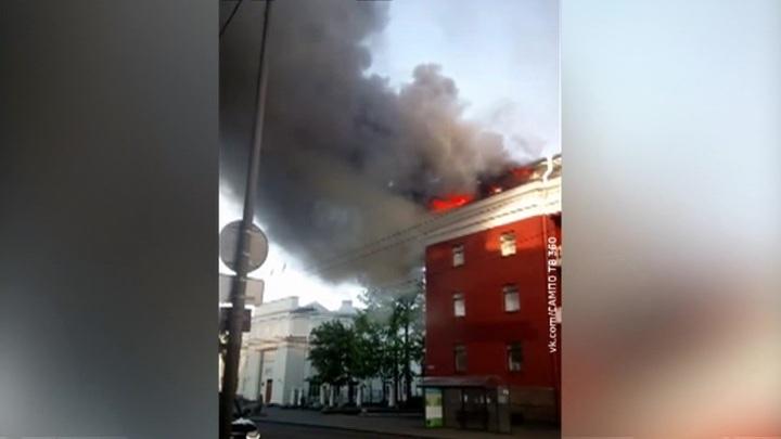 В историческом центре Петрозаводска горит гостиница