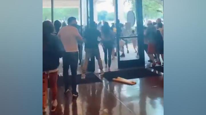 Эвакуация в Техасе: звук упавшего скейтборда приняли за выстрел