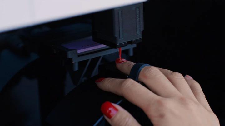 """""""Маникюрный"""" робот накрасит ногти за десять минут"""
