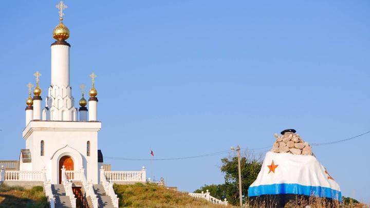 памятник Бескозырка и храм-часовня Новомученников российских около 30-й батареи в п.Любимовка