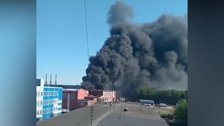 В Подольске тушат крупный пожар на заводе