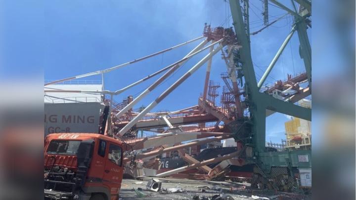 В тайваньском порту рухнули огромные краны. Видео