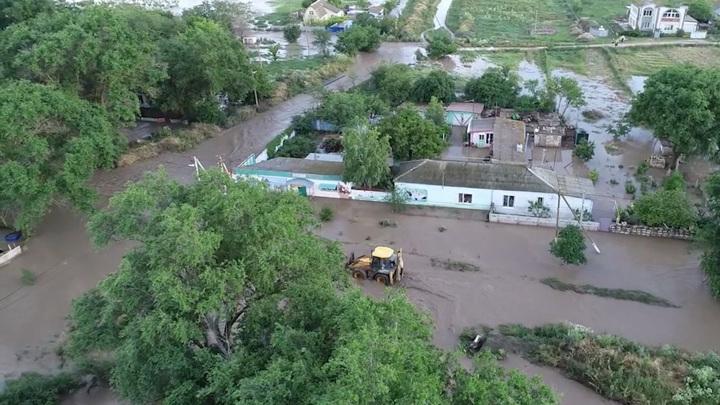 В Ленинском районе Крыма продолжают бороться с последствиями стихии
