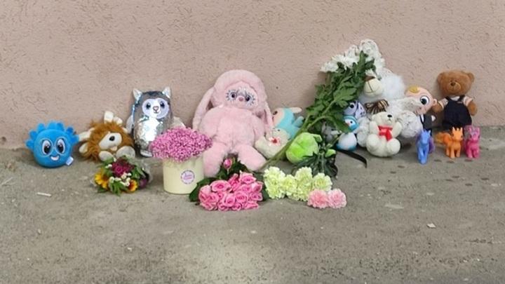 В Самаре появился стихийный мемориал на месте гибели сброшенной матерью девочки