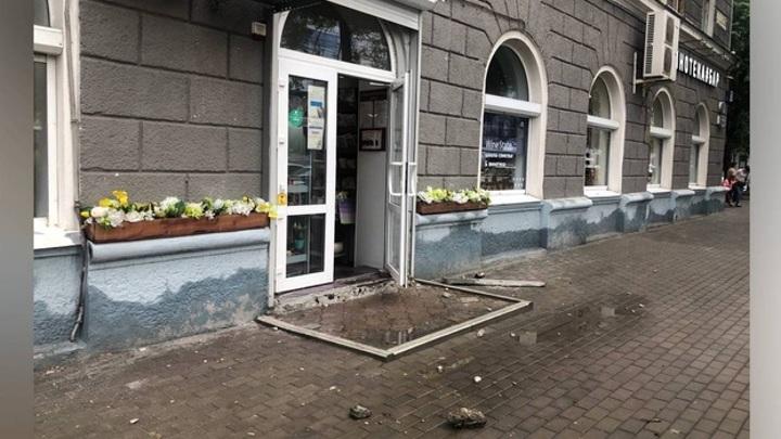 На оживленной центральной улице Воронежа рухнула часть балкона