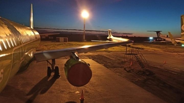 """В Новосибирске проверят, почему самолет """"поцеловал"""" мачту освещения аэропорта"""