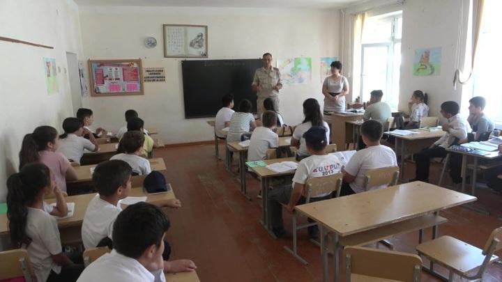 Российские миротворцы посетили урок русского языка в карабахской школе