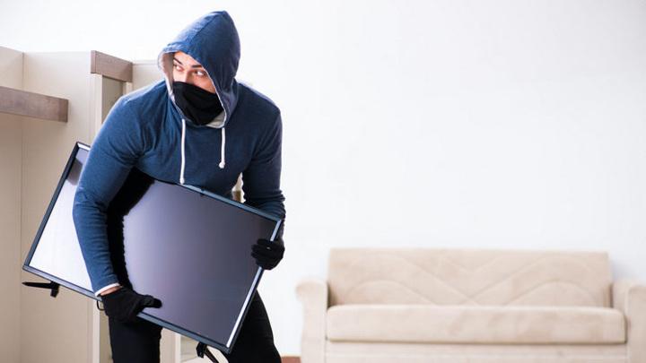 Двух сибиряков поймали на краже телевизора из квартиры