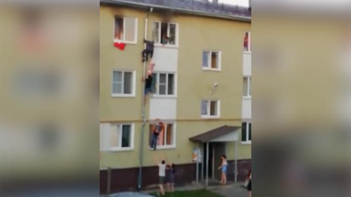 Передавали по цепочке: чудесное спасение детей из пожара попало на видео