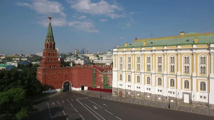 Президент поздравил россиян и вручил госнаграды