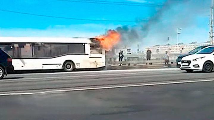 Вспыхнул на ходу. На Володарском мосту в Петербурге загорелся автобус