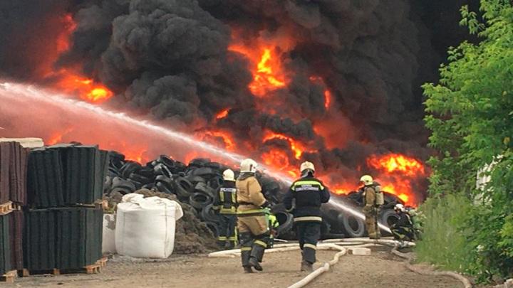 На территории завода в Новосибирской области тушат крупный пожар