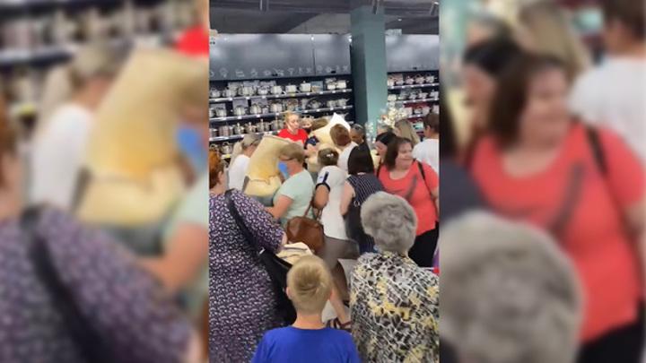 Воронежцы устроили давку в магазине ради подушек за 49 рублей. Видео