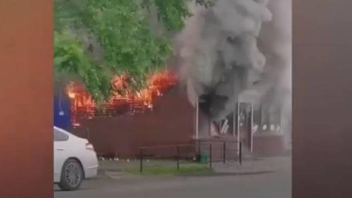 Мощный пожар вспыхнул в кафе быстрого питания во Владивостоке