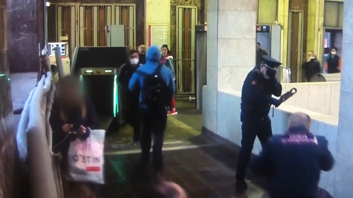 Безбилетник залил газом двух контролеров в московском метро