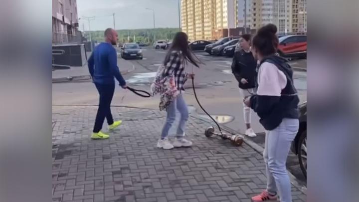 Невыспавшийся мужчина всыпал ремня шумящим в 6 утра девушкам