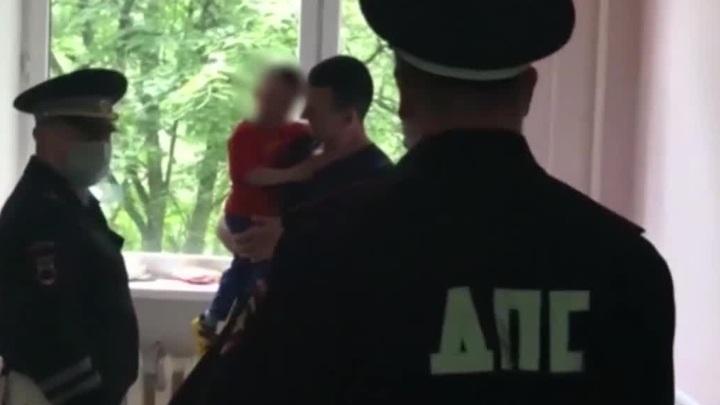 Полицейские спасли ребенка, подавившегося монетой