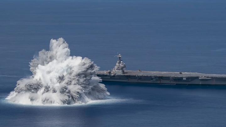 Американцы взорвали бомбу рядом со своим атомным авианосцем. Видео