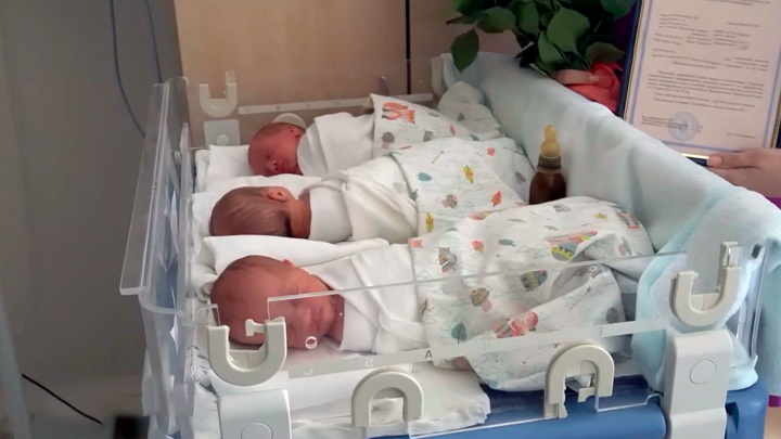 В Хабаровском крае первый сертификат на покупку квартиры получила семья тройняшек