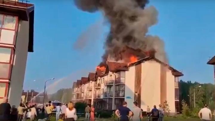 Ударила молния: под Челябинском горит многоквартирный дом