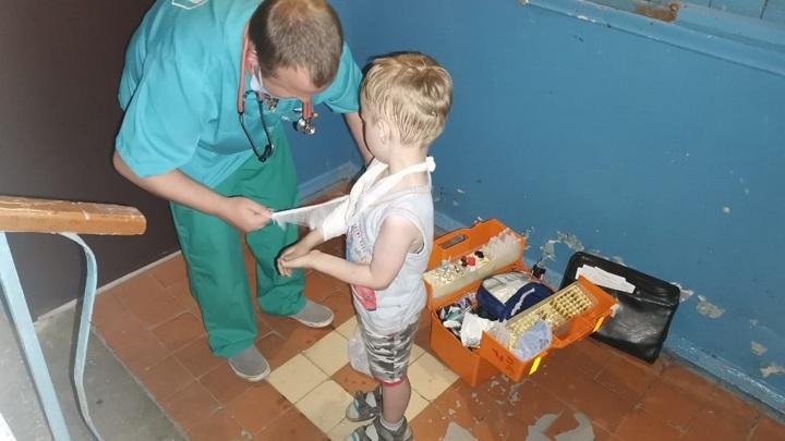 Между дверью и шахтой лифта: в Липецке сотрудники МЧС спасли руку ребенка