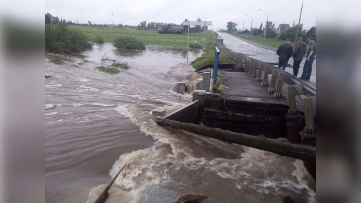 Под Иркутском из-за подмыва моста перекрыли федеральную трассу