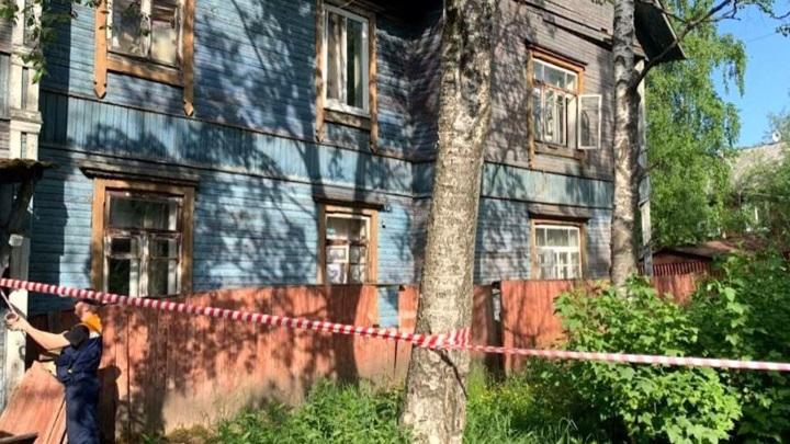 В Архангельске жилой дом сошел со свай