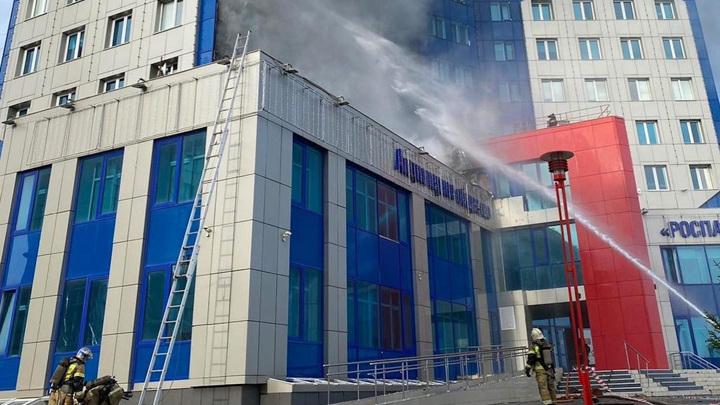 Из горящего здания в Новом Уренгое эвакуировались более 500 человек