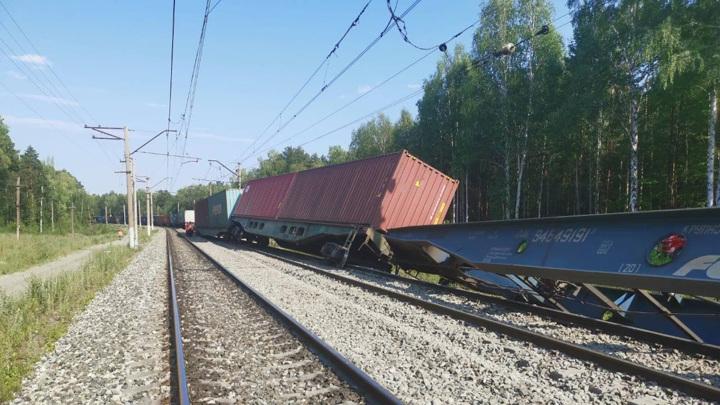 Почти 100 вагонов сошли с рельсов после столкновения поездов в Приамурье
