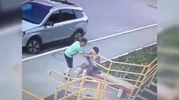 """""""Бабушка, извини!"""": ограбление совестливым наркоманом попало на видео"""