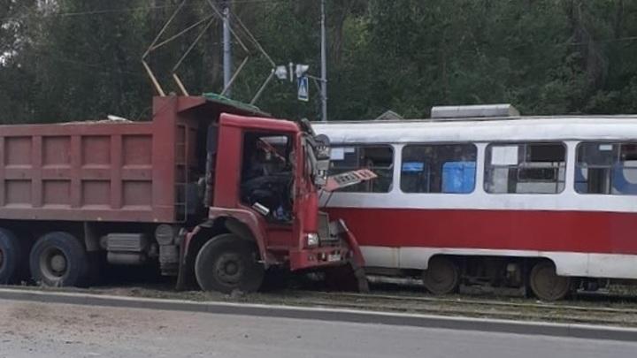 В Самаре большегруз врезался в трамвай с пассажирами. Есть пострадавшие