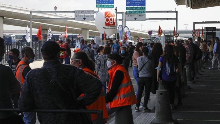 В аэропорту Парижа проходит массовая забастовка