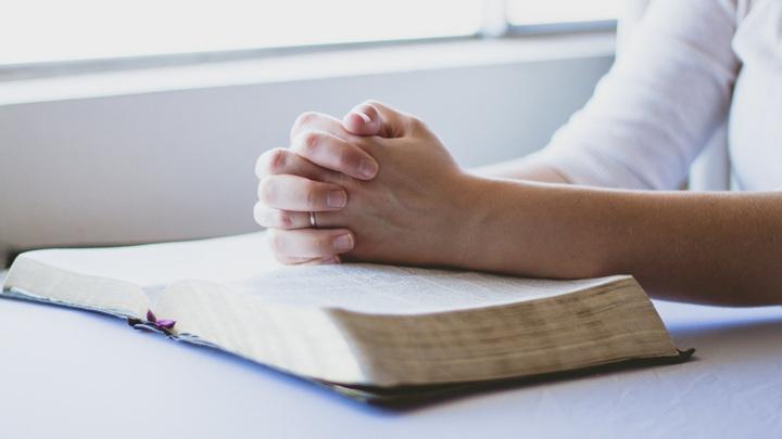 Люди могут иметь духовный опыт, но при этом не следовать каким-либо религиозным учениям.