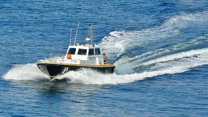 В Кузбассе столкнулись два катера. Пострадал мужчина на плюшке