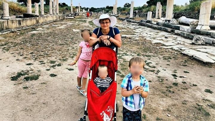 Петербурженку с тремя детьми унесло в открытое море во время шторма в Абхазии